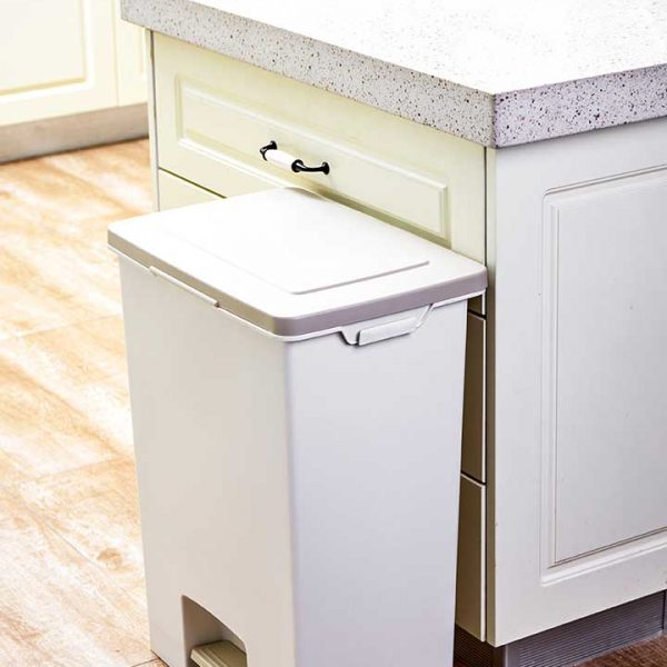 close-up-white-soft-close-bin-in-kitchen (1015639627)