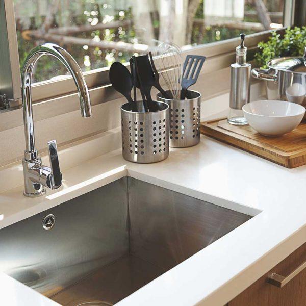 close-up-modern-stainless-stell-kitchen-sink (374567068)