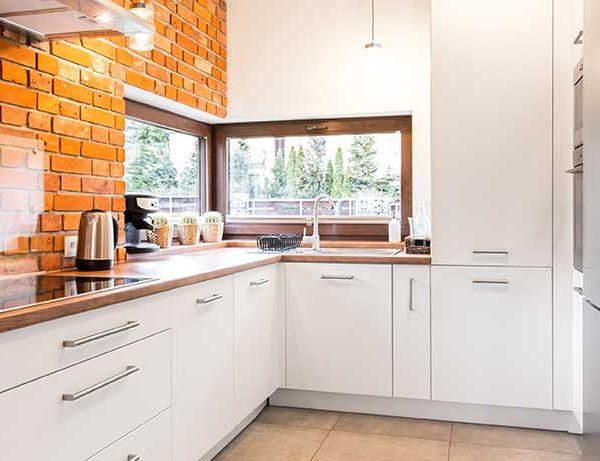 spacious-modern-kitchen-with-glass-splashback (515165761)
