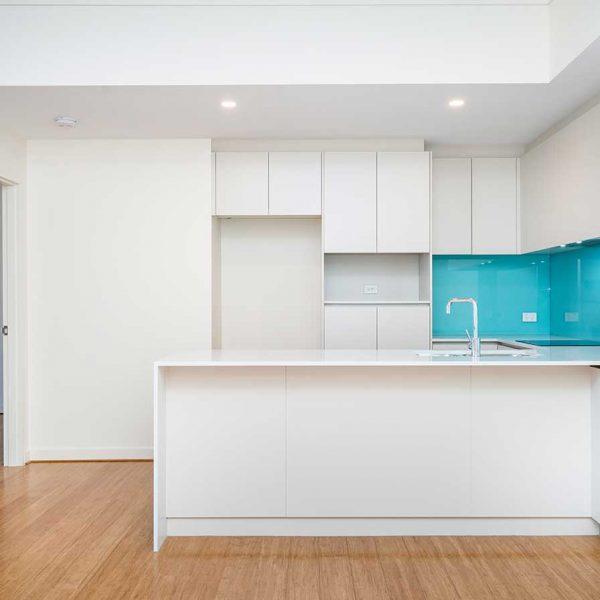 white-kitchen-with-blue-coloured-splashbacks (759265093)